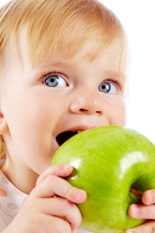 how to eat according to TCM: child eating an apple