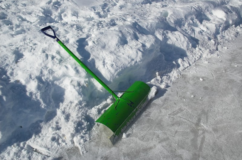 avoid back pain with snow shoveling